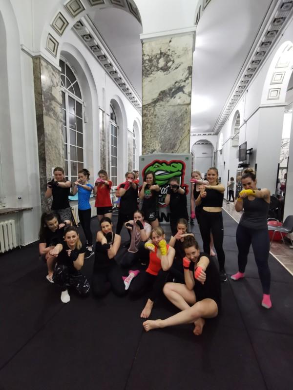 kickboxing dla kobiet grupa początkująca warszawa, sztuki walki dla kobiet warszawa, treningi dla kobiet warszawa,